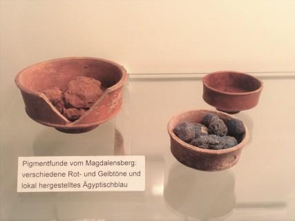 Pigmentfunde vom Magdalensberg rechts unten sind Ägyptischblaukugeln.